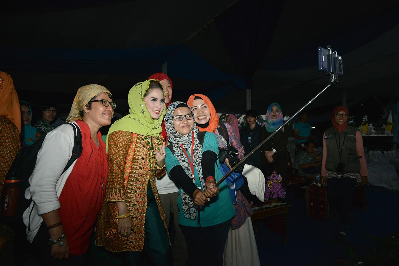 Aprilani Yustin Ficardo bersama kawan-kawan blogger.
