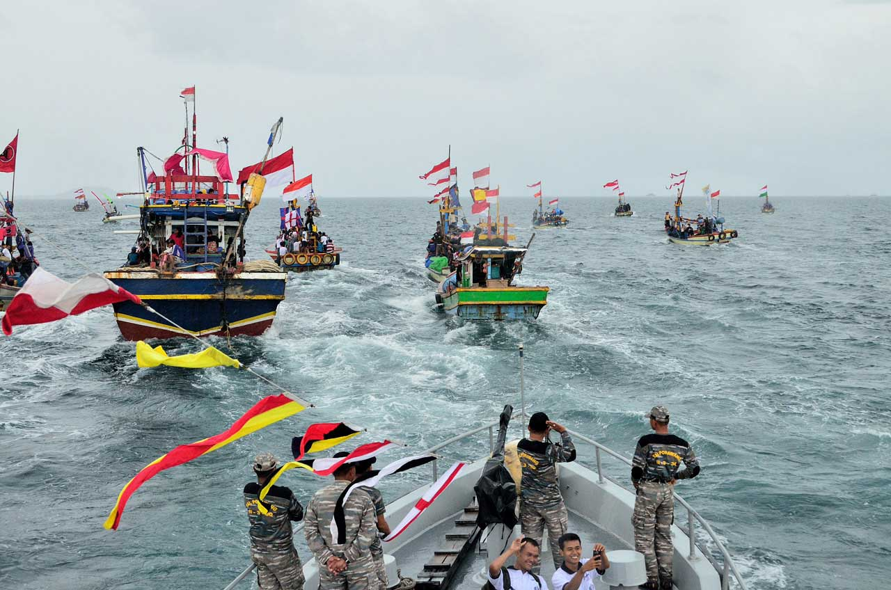 Dikawal oleh kapal Puhawang milik Angkatan Laut