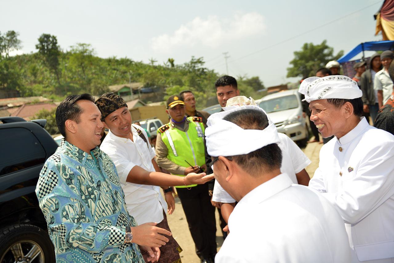 Turun dari mobil diperkenalkan dengan tokoh umat Hindu Lampung oleh bli Gede Setiyana.