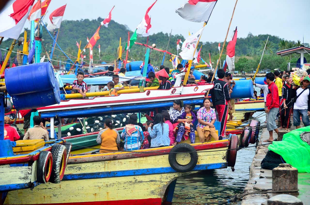 Banyak warga ikut meramaikan Festival Budaya Maritim 2014 ini.