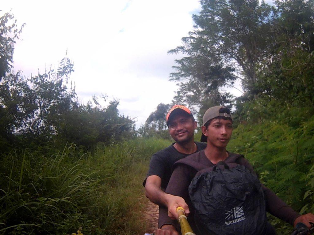 Di atas ojek trail Juku Batu - Yopie Pangkey - 1