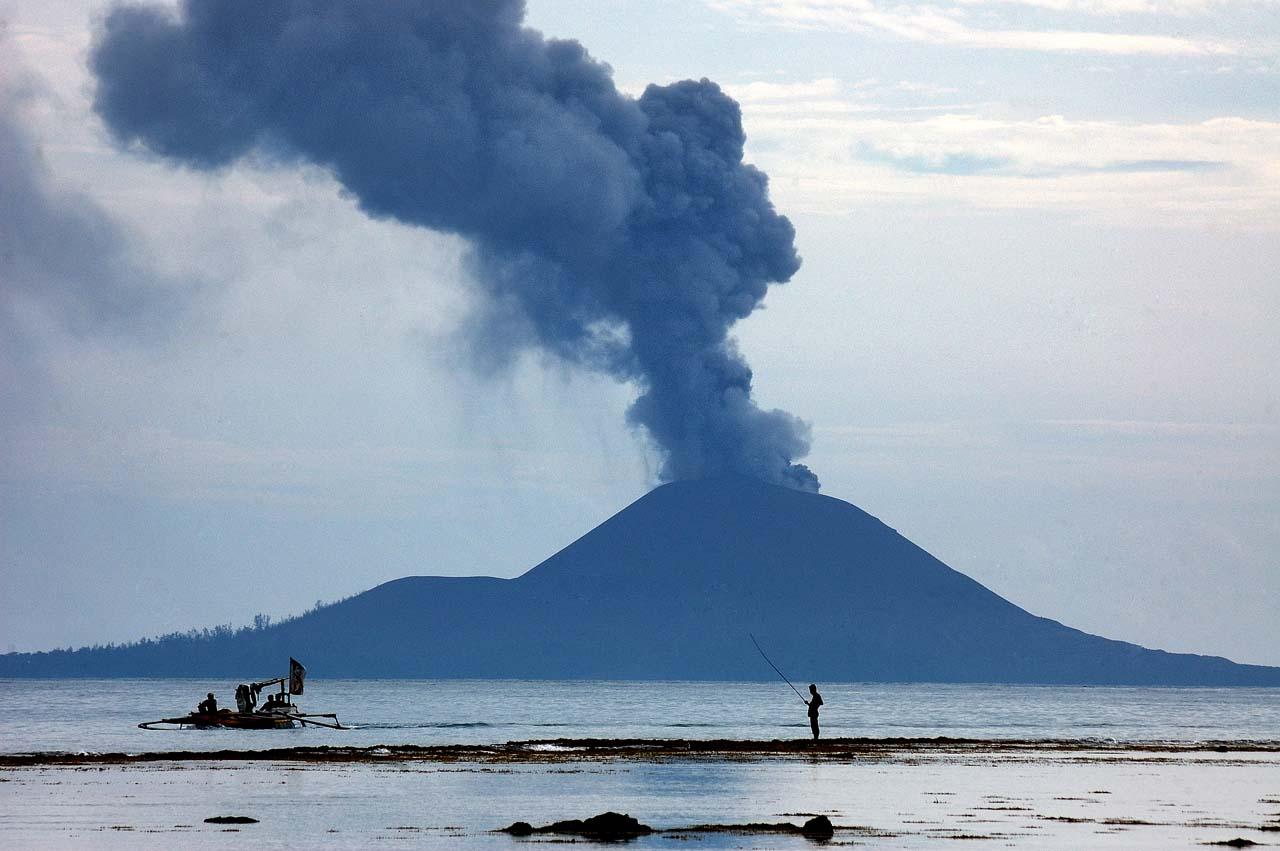 Erupsi Anak Krakatau dilihat dari Pulau Sebesi - Yopie Pangkey
