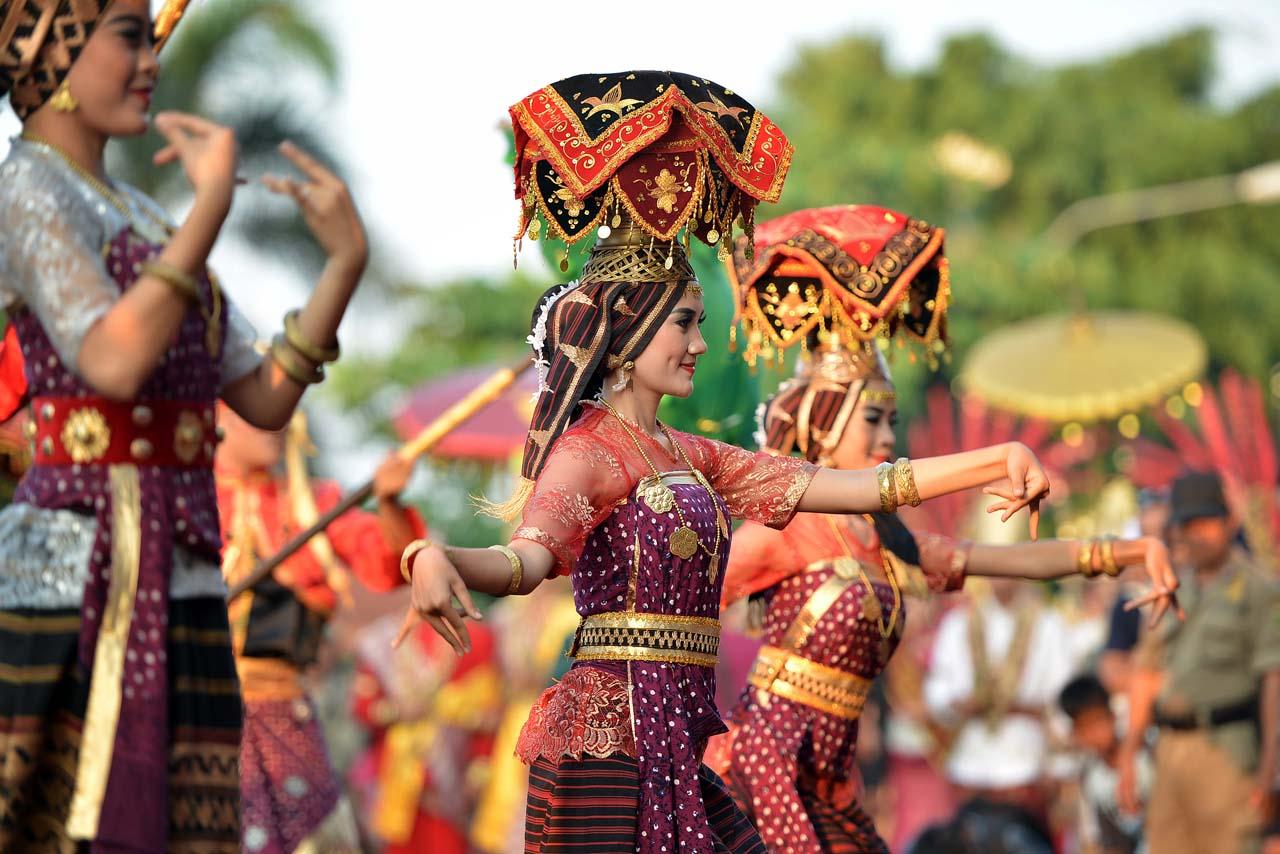 Tari Pahar - Pahar adalah bawaan untuk sohibul hajat di desa - Yopie Pangkey