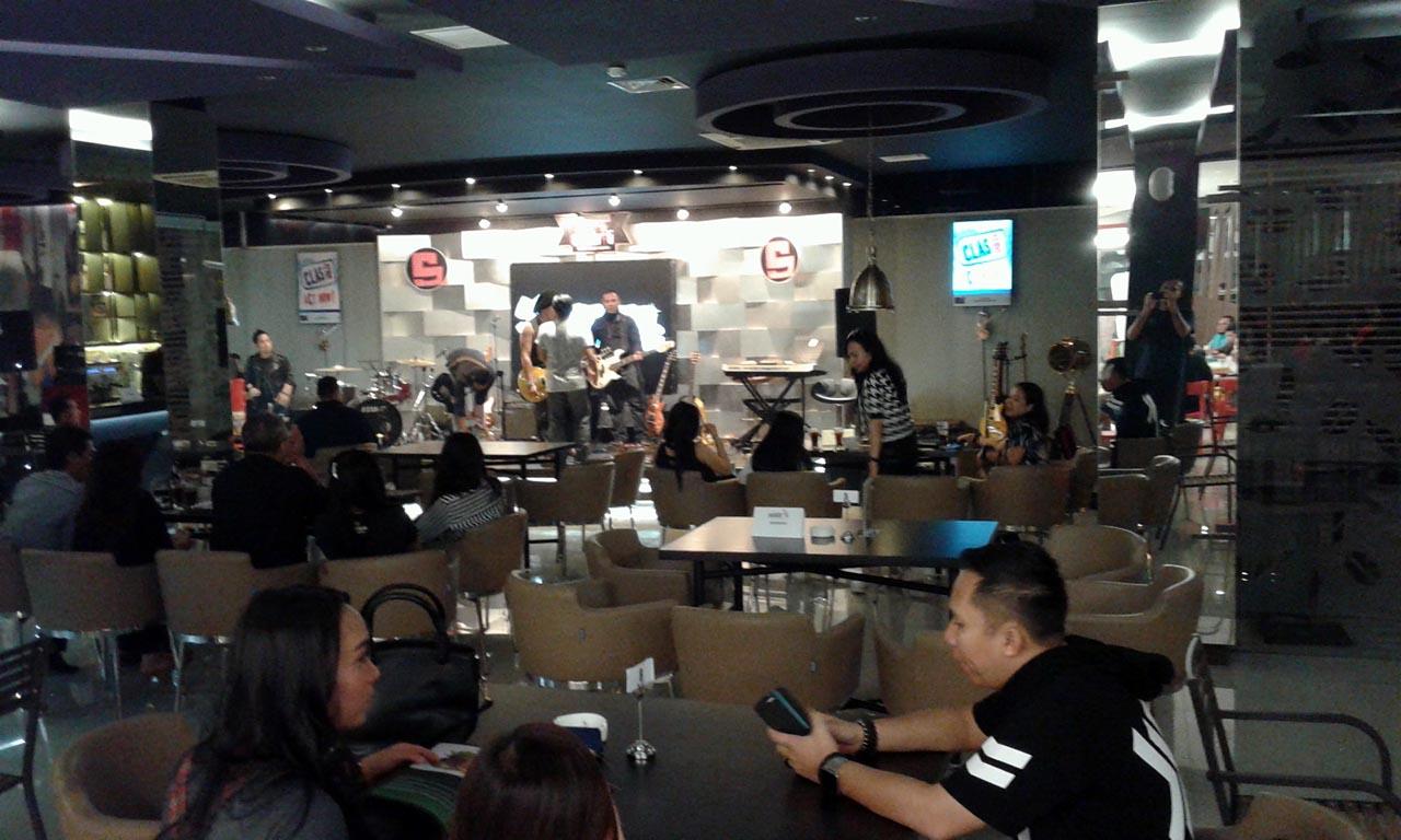 Selebriti Cafe - tempat nongkrong di bandar lampung - yopie pangkey