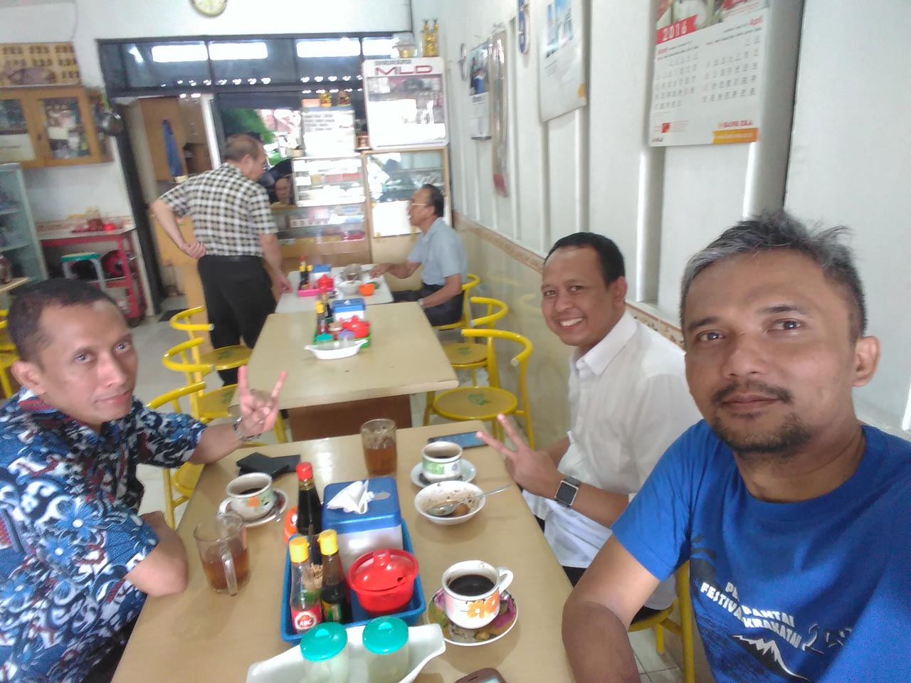 warung kopi dunia ii - tempat nongkrong di bandar lampung-yopie pangkey