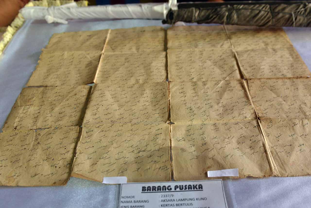 Kertas bertulis aksara Lampung kuno - Yopie Pangkey