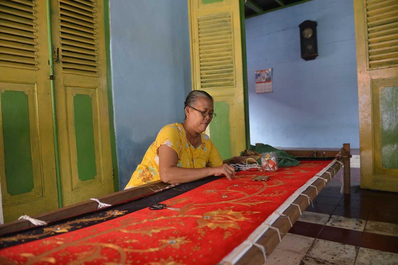 Pengrajin Kain Sulam Emas di Pulau Pisang - Yopie Pangkey