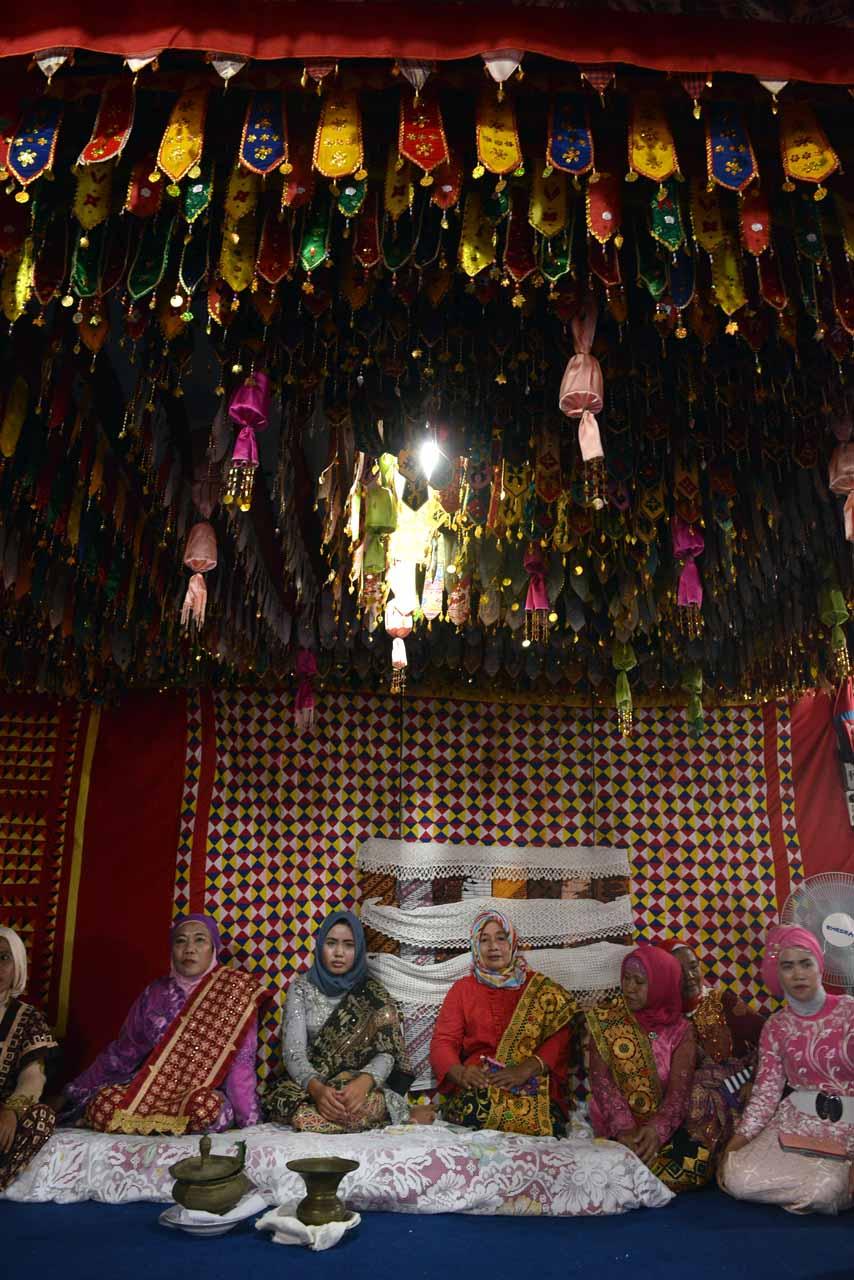 Pernak pernik Lampung di dalam rumah Radin Inten II - Yopie Pangkey