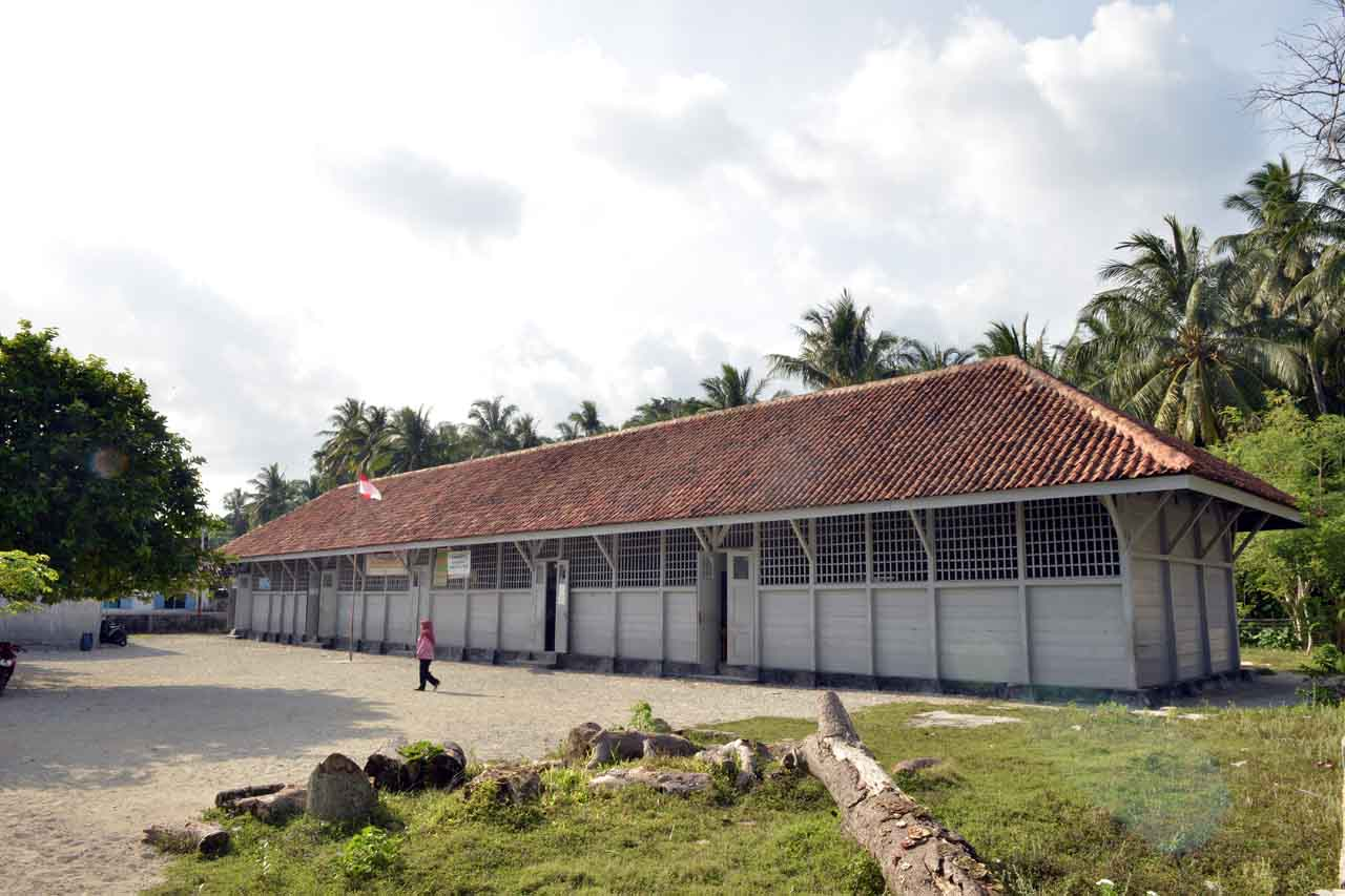 SD buatan belanda di Pulau Pisang - Yopie Pangkey