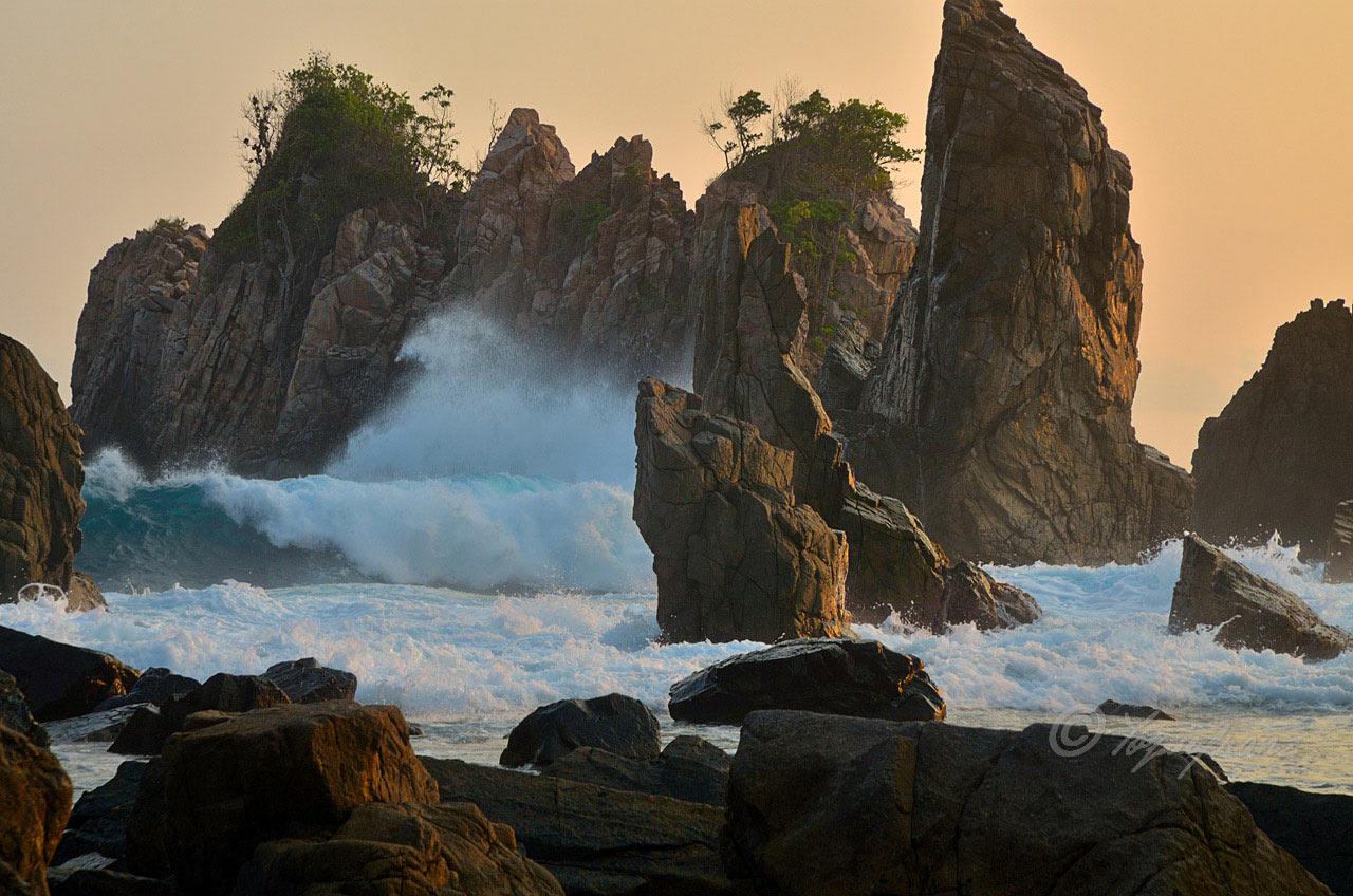 Tempat wisata yang indah di indonesia - Batu layar Pegadungan - yopie pangkey