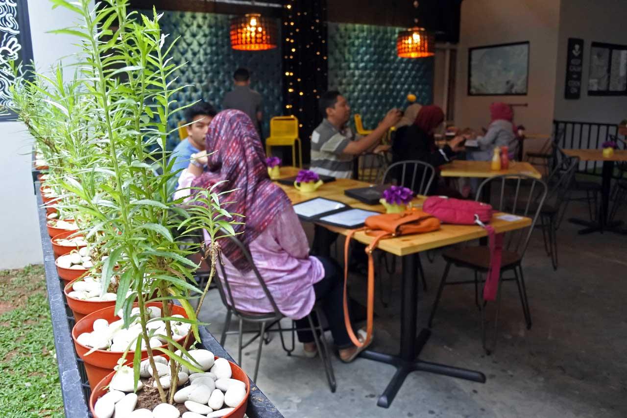 1 - Perut Bulat Cafe & Resto - Yopie Pangkey - Nikon 1 J5 - Focusone