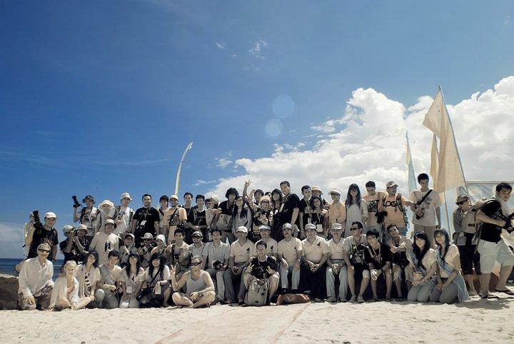 Fotografer berbagai daerah Indonesia berfoto bareng Bupati Lampung Barat saat itu, Mukhlis Basri, di Festival Teluk Stabas 2010