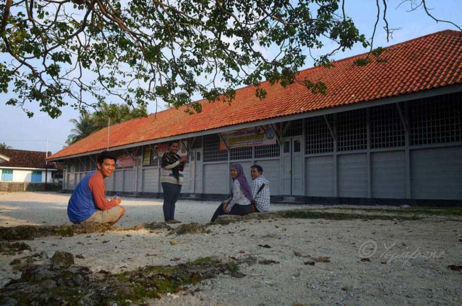 Bersama kawan-kawan nongkrong minum kopi, di pulau Pisang