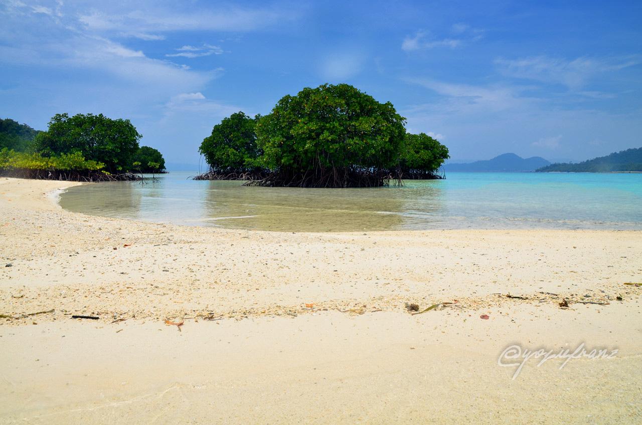 Pantai di Pahawang Kecil - Yopie Pangkey