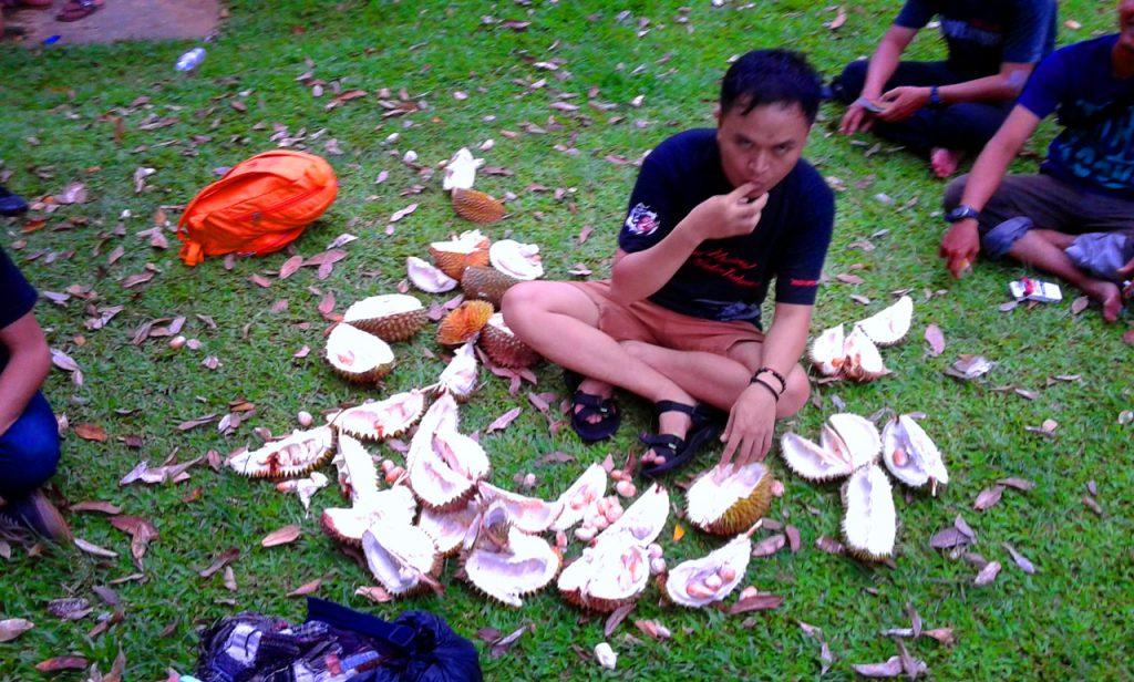 Makan duren di parkiran - Yopie Pangkey - 8
