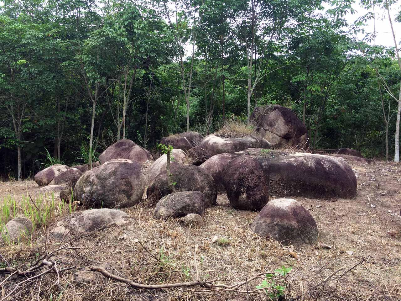 Batu di pinggir jalan Srikaton - Yopie Pangkey - 2