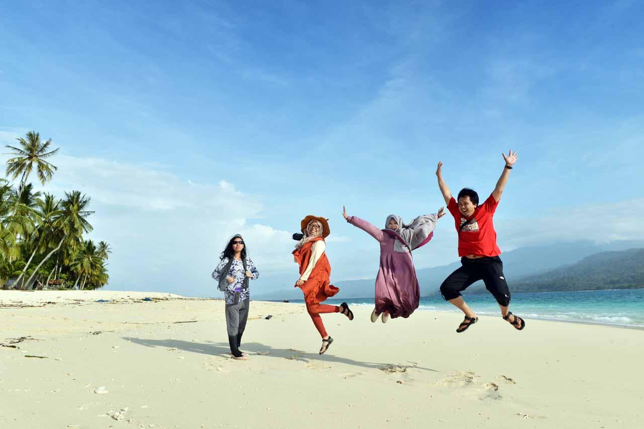 Pantai di Pulau Pisang - Pesisir Barat - Lampung - Yopie Pangkey