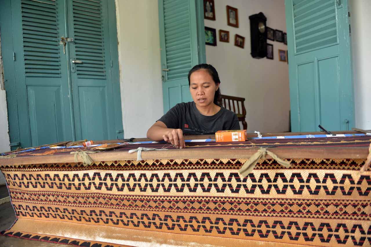 Pengrajin Kain tapis di Pulau Pisang - Yopie Pangkey